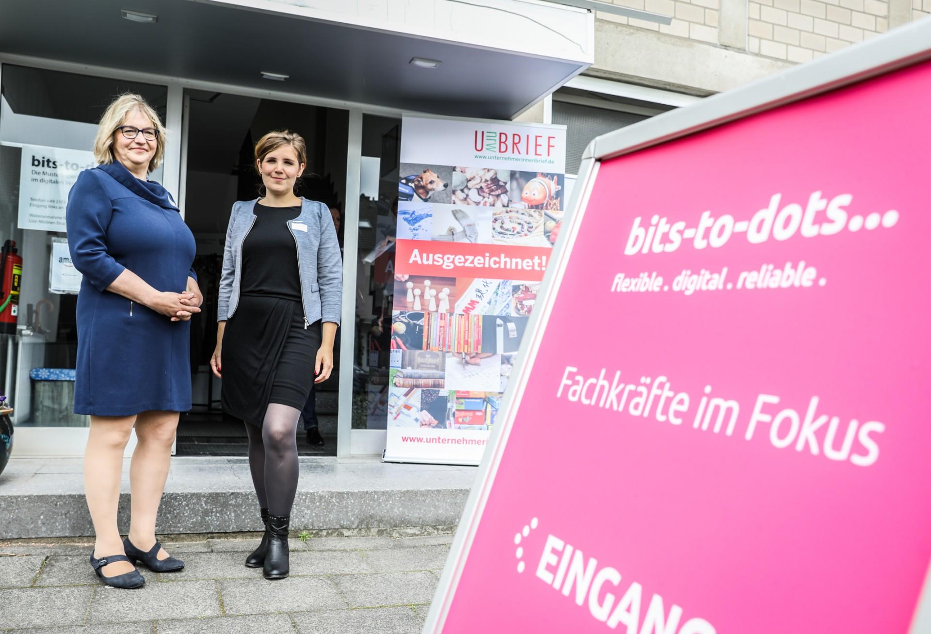 Andrea Berrenbaum von bits-to-dots und Johanna Torkuhl vom Kompetenzzentrum vor dem Eingang zu bits-to-dots