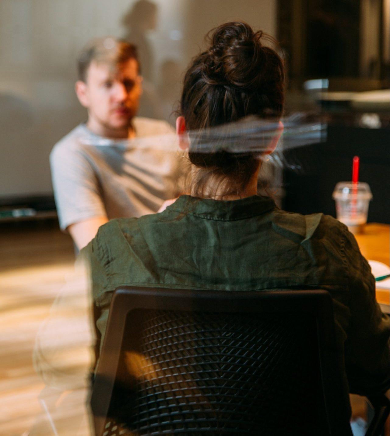 drei Tipps drei Pflege-Coaches, Pflege-Coach im Gespräch mit Mitarbeiterin