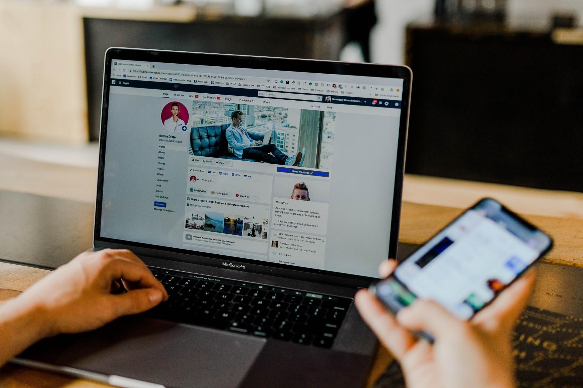 Social Media Recruiting, Facebook-Seite auf Laptop und Handy