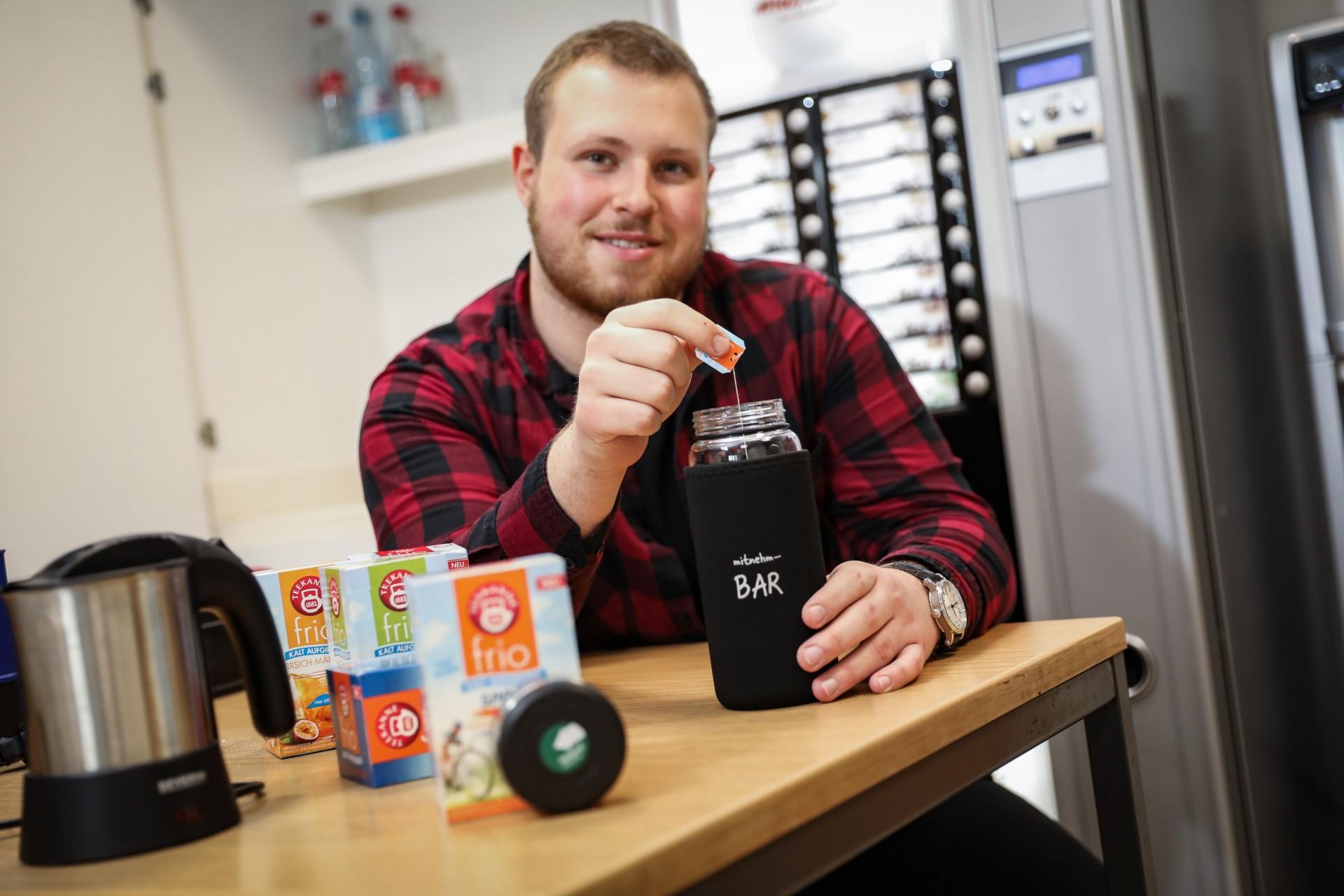 Unternehmen Familie Dücker Group - Kostenfreies Obst und Getränke auch für Azubi Tim Warzecha