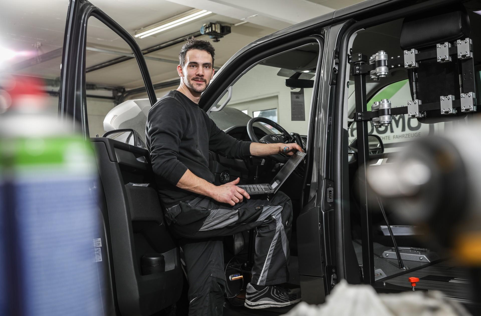 Integrationsbetrieb, ein Auto wird umgebaut