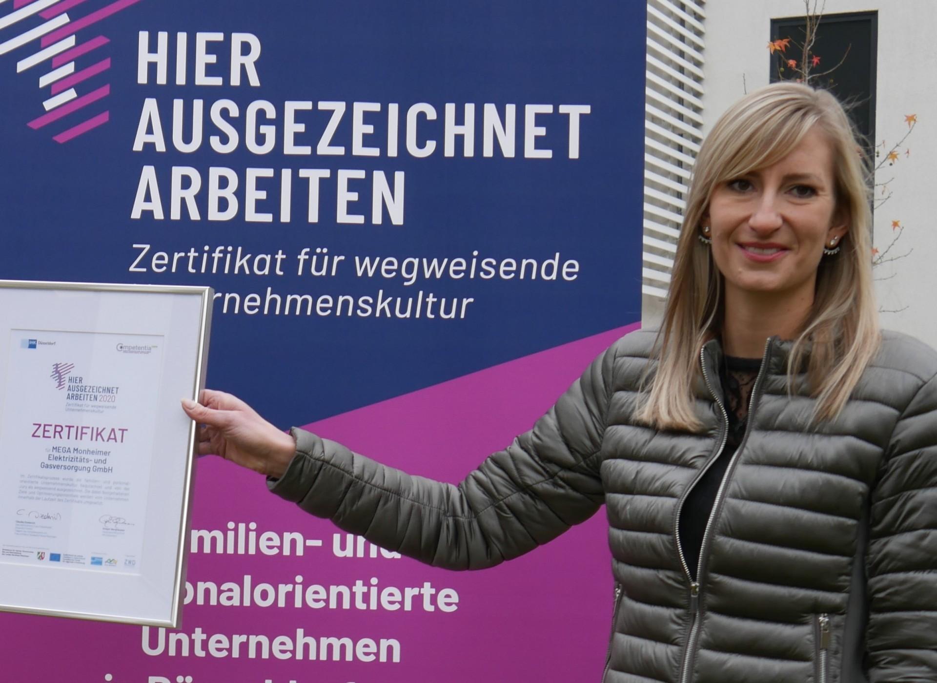 Arbeit und Familie, MEGA Monheim, Nora Poell zeigt auf das neue Zertifikat