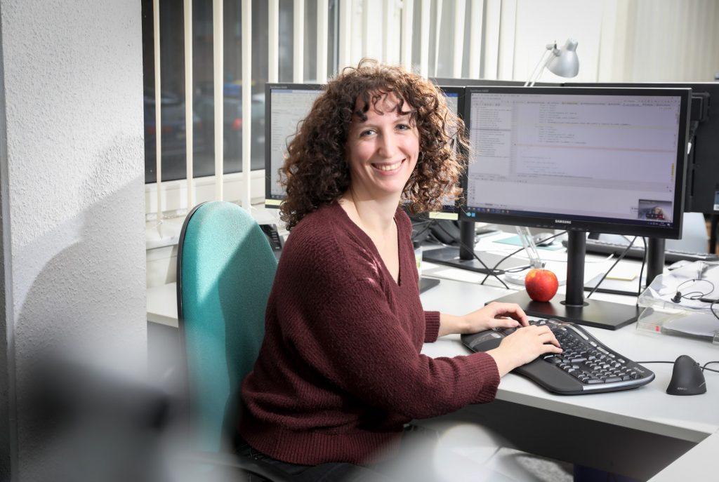 familienfreundliches Unternehmen: Mitarbeiterin am Schreibtisch