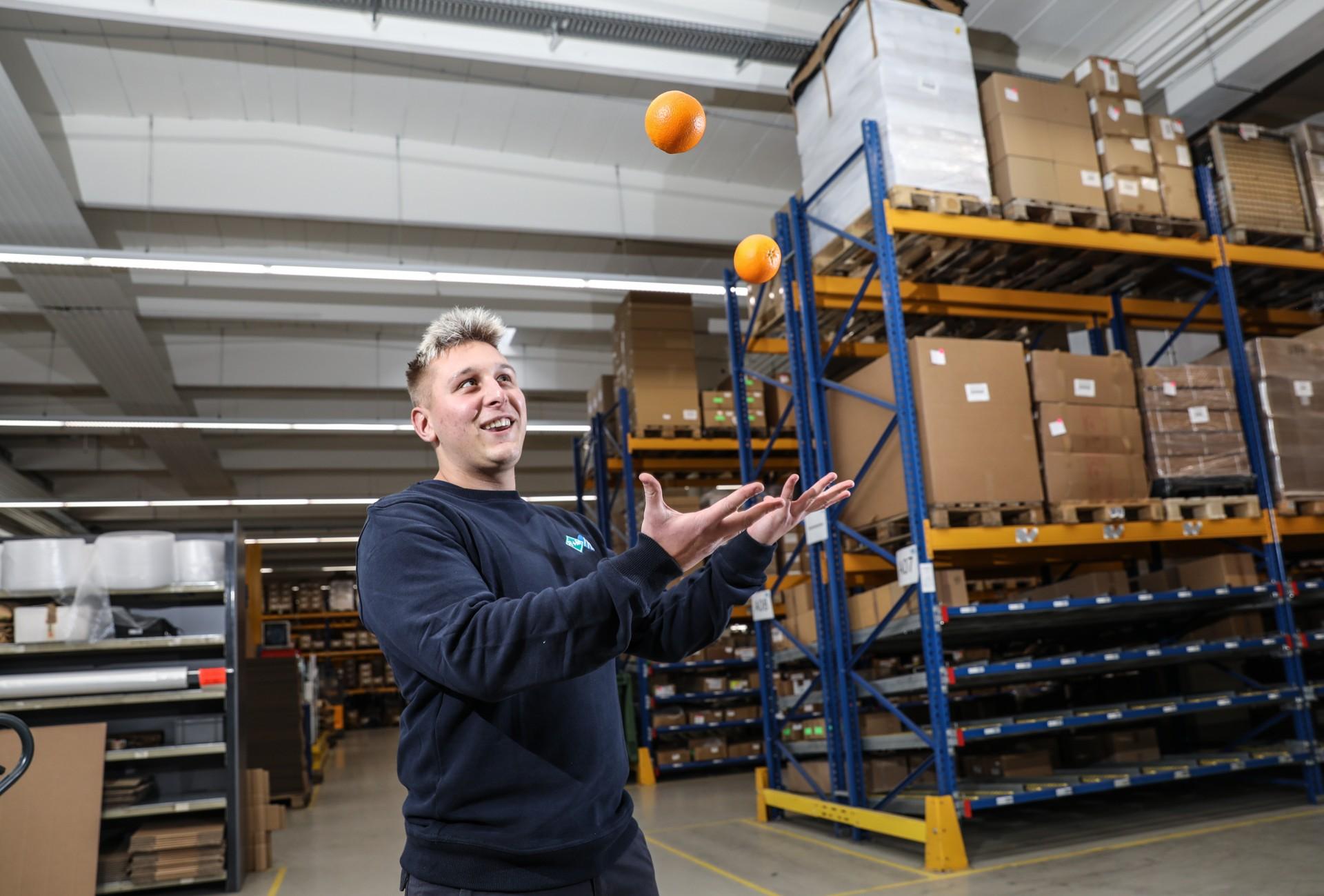 Lebensphasenorientierte Personalpolitik: R+M de Wit, Mitarbeiter jongliert mit Orangen im Lager