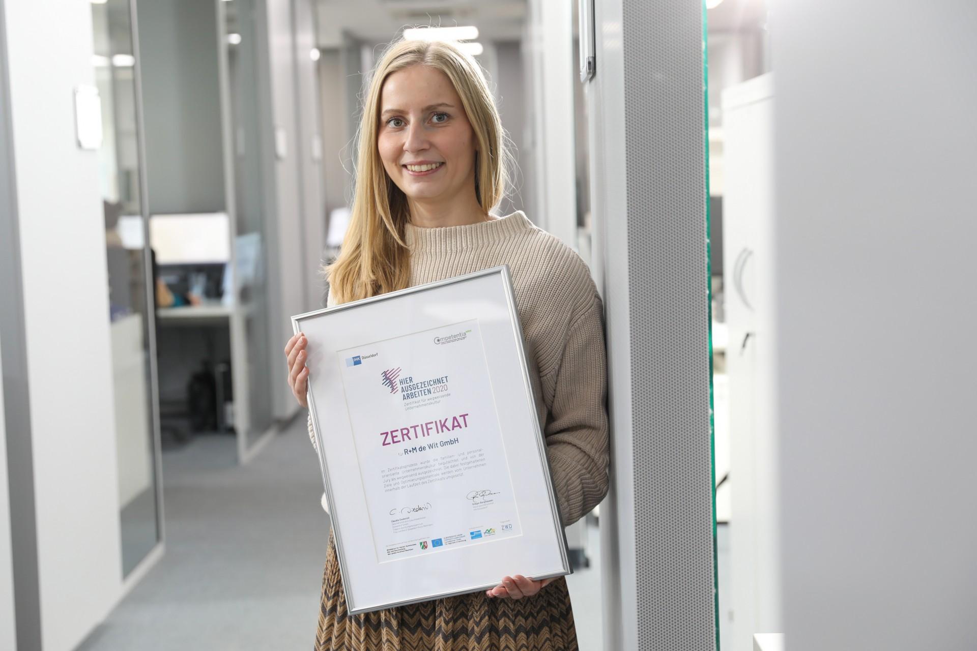 familienfreundliche Personalpolitik, Britta Kniprath hält das Zertifikat